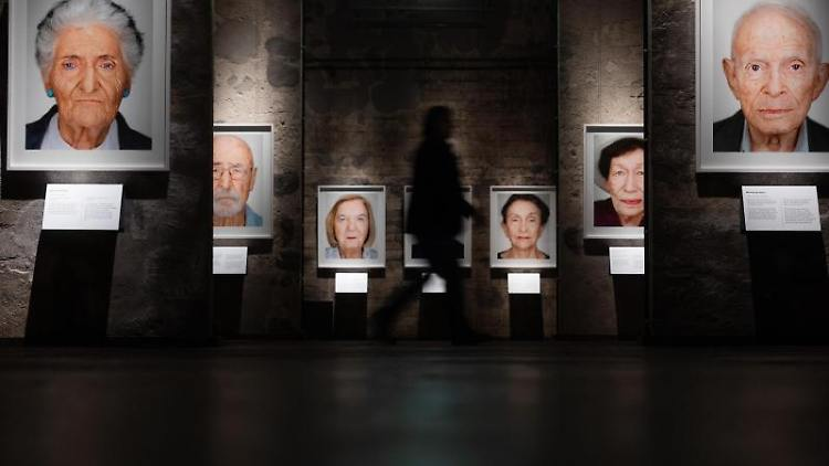 Porträts von Überlebenden des Vernichtungslagers Auschwitz-Birkenau werden ausgestellt. Foto: Rolf Vennenbernd/dpa