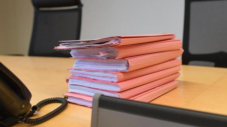 Prozessakten liegen auf dem Richtertisch. Foto: Patrick Pleul/zb/dpa/Archivbild