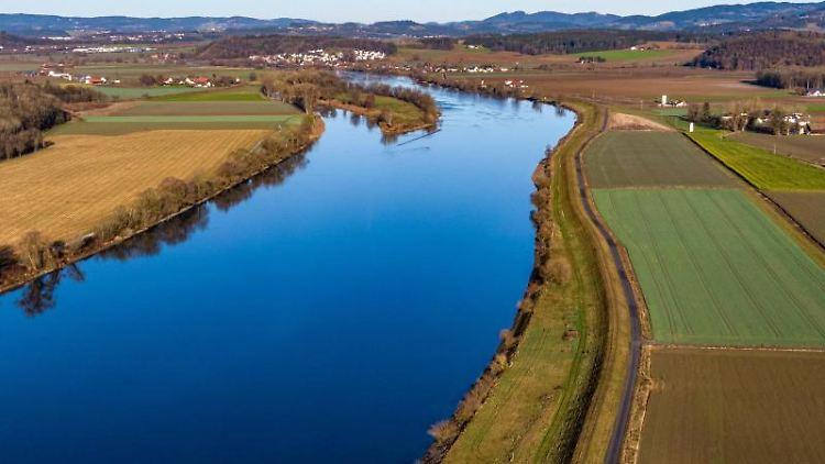 Die Donau fließt am Rande des Bayerischen Waldes durch Niederbayern. Foto: Armin Weigel/dpa/Archivbild