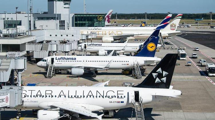 Passagierflugzeuge stehen auf dem Vorfeld des Flughafen Frankfurt. Foto: Silas Stein/dpa/Archivbild