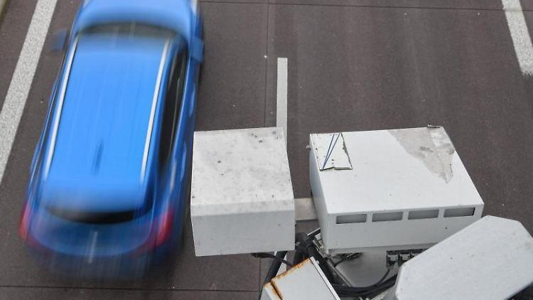 An einer Brücke über der A12 ist das System der automatischen Kennzeichenfahndung KESY angebracht. Foto: Patrick Pleul/dpa-Zentralbild/dpa/Archivbild
