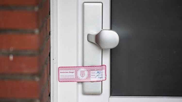 Ein Amtliches Siegel ist auf einer Wohnungstür zu sehen. Foto: Daniel Reinhardt/dpa