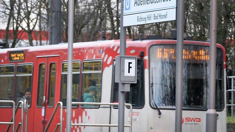 Eine Strassenbahn der Linie 66 hält an der Haltestelle Adelheidistrasse. Foto: Roberto Pfeil/dpa/Archivbild