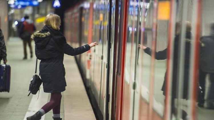 Eine Frau steigt in Frankfurt am Main in eine S-Bahn ein. Foto: picture alliance/dpa/Archivbild