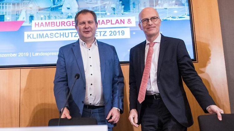 Jens Kerstan und Peter Tschentscher, Umweltsenator und Erster Bürgermeister von Hamburg (l-r). Foto: Daniel Bockwoldt/dpa/Archivbild
