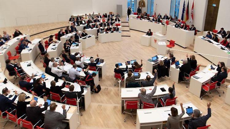 Abgeordnete nehmen im Landtag an einer Abstimmung per Handzeichen teil. Foto: Monika Skolimowska/dpa-Zentralbild/dpa