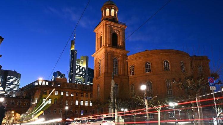 Autolichter erzeugen bei Anbruch der Dunkelheit Lichtspuren vor der Frankfurter Paulskirche. Foto: Arne Dedert/dpa/Archivbild