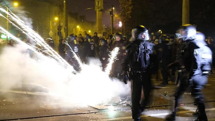 Polizisten räumen eine Kreuzung im Stadtteil Connewitz. Foto: Sebastian Willnow/zb/dpa