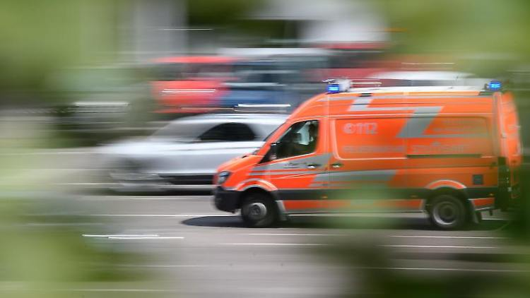 Ein Rettungswagen fährt auf einer Straße. Foto: Sebastian Gollnow/dpa/Archivbild