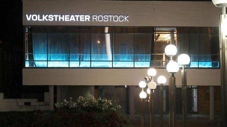Das Volkstheater Rostock mit beleuchtetem Schriftzug am Abend. Foto: Bernd Wüstneck/dpa-Zentralbild/ZB/Archivbild