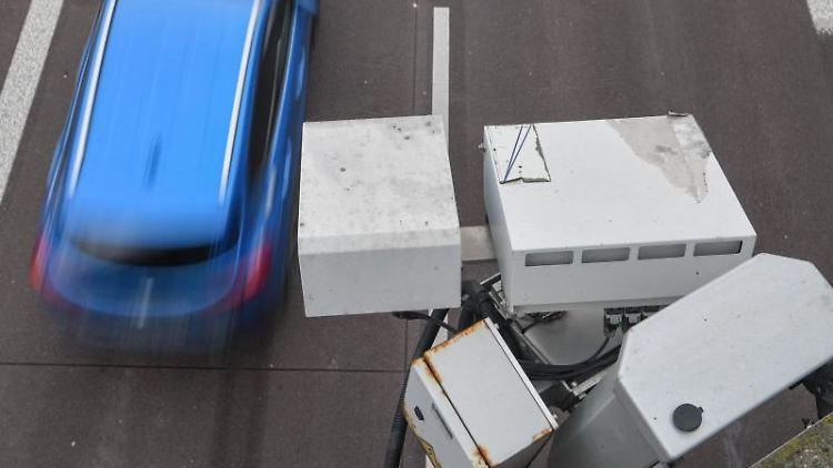 An einer Brücke über der Autobahn ist ein System der automatischen Kennzeichenfahndung angebracht. Foto: Patrick Pleul/dpa-Zentralbild/dpa/Archivbild