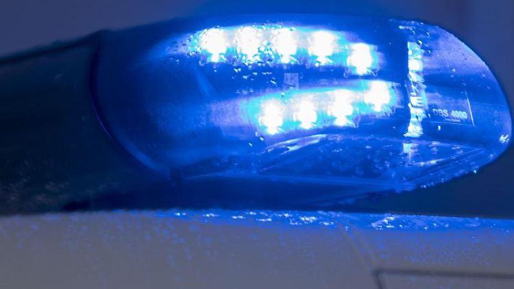 Blaulichter leuchten auf einem Streifenwagen der Landespolizei Mecklenburg-Vorpommern. Foto: Jens Büttner/zb/dpa/Symbolbild