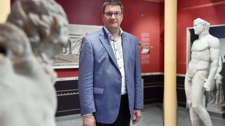Eckart Köhne, der Direktor des Badischen Landesmuseums steht zwischenExponaten. Foto: Uli Deck/dpa/Archivbild