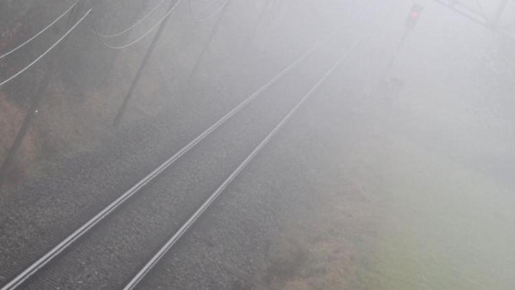 Bahngleise liegen im Nebel. Foto: Karl-Josef Hildenbrand/dpa/Archivbild