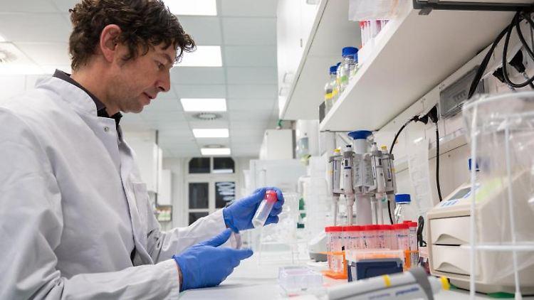 Im Labor werden Proben untersucht. Foto: Christophe Gateau/dpa/Archivbild
