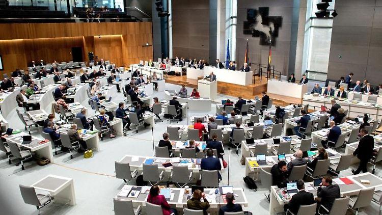 Abgeordnete sitzen im niedersächsischen Landtag. Foto: Hauke-Christian Dittrich/dpa