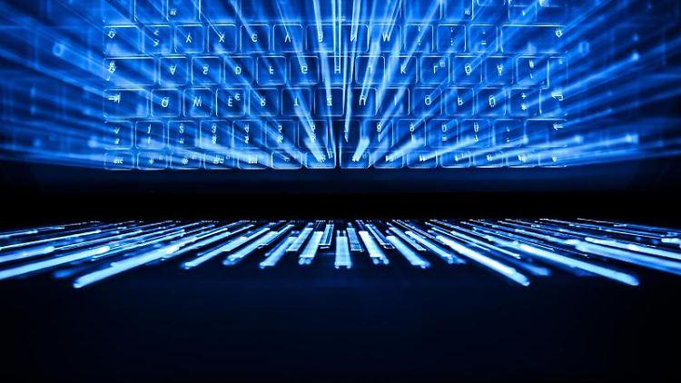 Die beleuchtete Tastatur eines Laptops spiegelt sich im Bildschirm. Foto: Silas Stein/dpa/Archiv