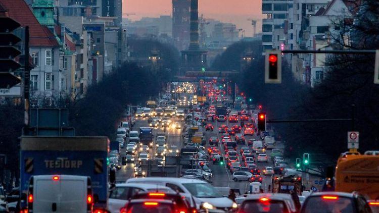 Der morgendliche Berufsverkehr in Berlin. Foto: picture alliance / Michael Kappeler/dpa/Archivbild