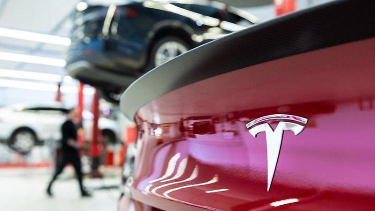 Das Logo des Autoherstellers Tesla auf einem Fahrzeug. Foto: Silas Stein/dpa/Archivbild