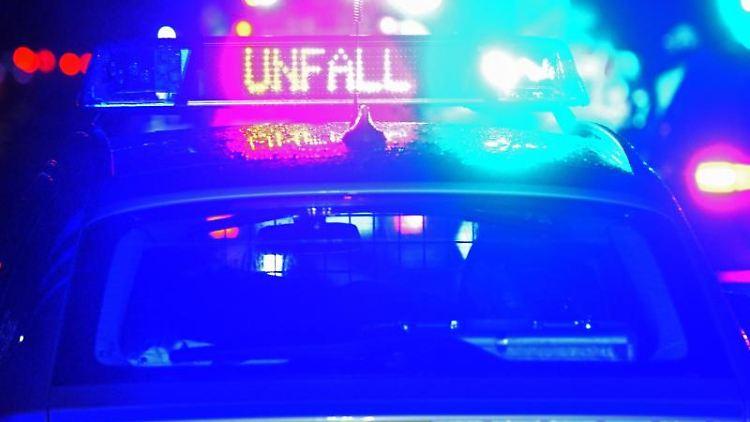 Polizeiblaulicht bei der Unfallaufnahme. Foto: Stefan Puchner/dpa/Archivbild