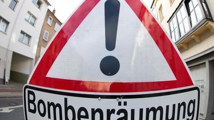 Ein Verkehrsschild weist auf eine Bombenräumung hin. Foto: Friso Gentsch/dpa/Archivbild