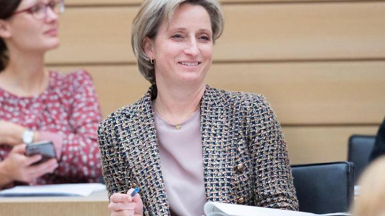 Nicole Hoffmeister-Kraut (CDU), Wirtschafts- und Arbeitsministerin in Baden-Württemberg, im Landtag. Foto: Tom Weller/dpa