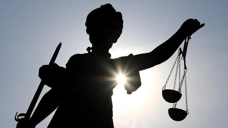 Die Statue der Justitia steht mit einer Waage und einem Schwert in der Hand. Foto: Arne Dedert/dpa
