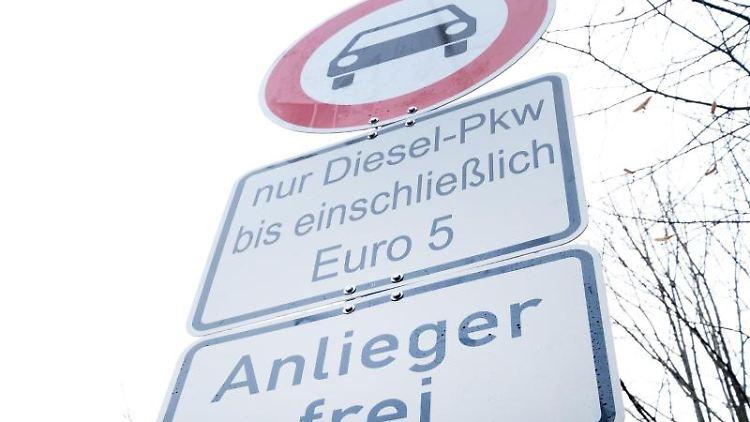 Ein Schild mit dem Hinweis auf ein Dieselfahrverbot in Stuttgart. Foto: Bernd Weissbrod/dpa/Archivbild