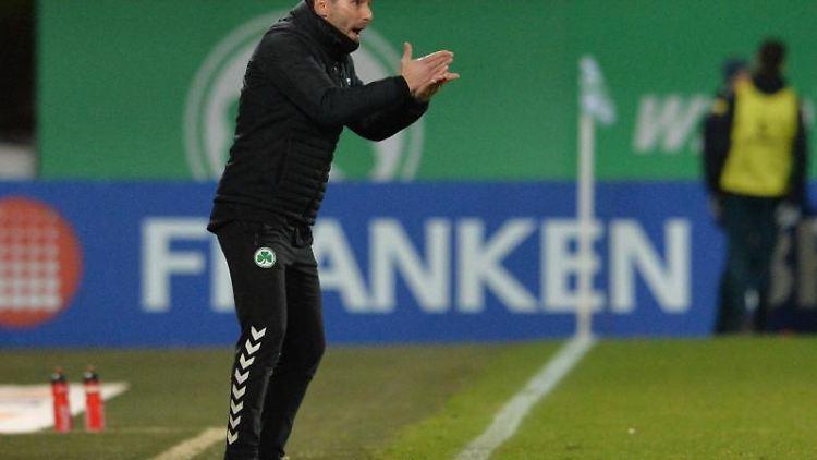 Trainer Stefan Leitl von Fürth gestikuliert. Foto: Timm Schamberger/dpa