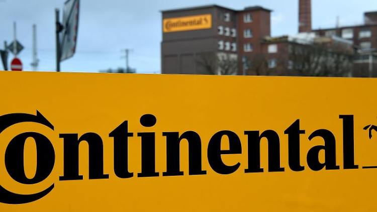 Das Logo der Continental AG steht an der Hauptverwaltung der Continental AG. Foto: Holger Hollemann/dpa/Archiv