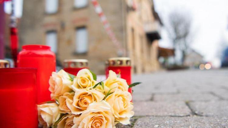 Am Tag nach den tödlichen Schüssen in Rot am See liegen Blumen und Kerzen vor dem Tatort. Foto: Tom Weller/dpa/Archivbild