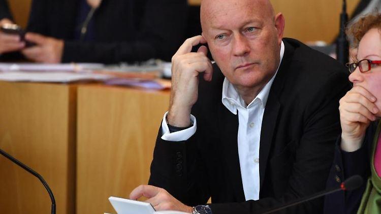 Thomas Kemmerich, FDP-Fraktionschef, verfolgt die Debatte im Plenarsaal des Thüringer Landtages. . Foto: Martin Schutt/dpa-Zentralbild/dpa