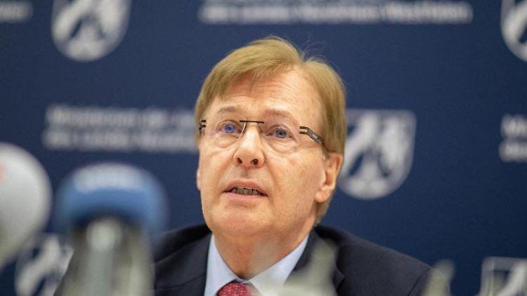 Peter Biesenbach (CDU), Justizminister von NRW, spricht während einer Pressekonferenz. Foto: Marcel Kusch/dpa