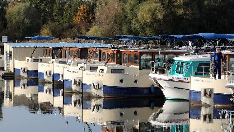 In der Marina am Hafendorf Müritz liegen die Hausboote im Wasser. Foto: Bernd Wüstneck/dpa-Zentralbild/ZB/Archivbild
