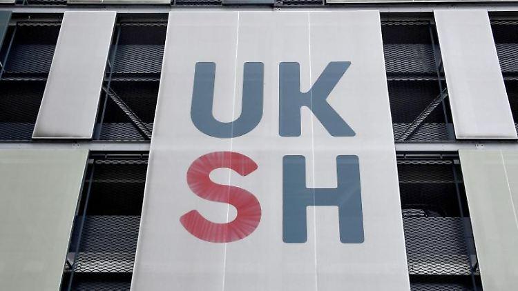 Das UKSH-Logo ist an einem Gebäude des Universitätsklinikums zu sehen. Foto: Carsten Rehder/dpa/Archivbild