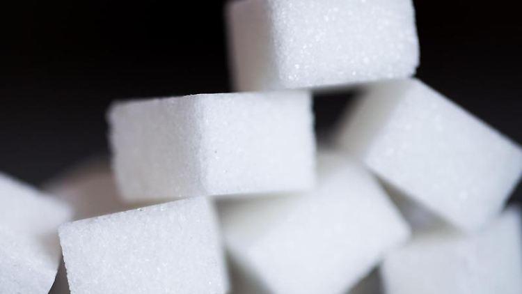 Zucker in Würfelform liegt am auf einem Tisch. Foto: Rolf Vennenbernd/dpa/Archivbild