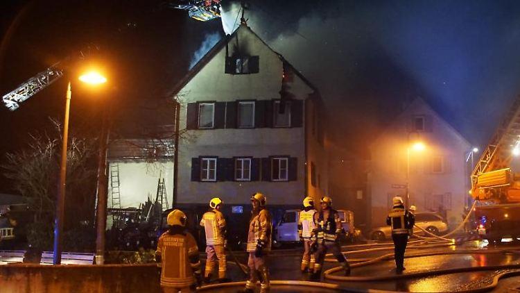 Feuerwehrleute löschen den Brand eines Wohnhauses im Rutesheimer Ortsteil Perouse. Foto: Dettenmeyer/SDMG/dpa