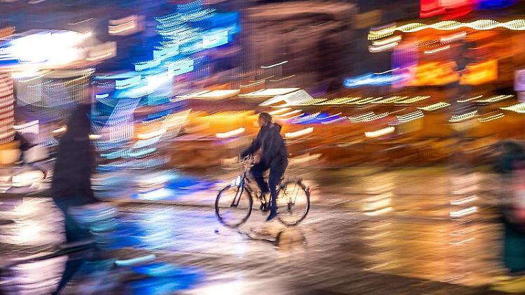 Ein Fahrradfahrer ist am Abend bei Regen in der Altstadt unterwegs. Foto: Jens Büttner/dpa-Zentralbild/dpa/Archivbild