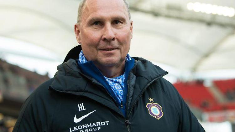 Helge Leonhardt , Präsident von Erzgebirge Aue, vor einem Spiel im Stadion. Foto: Tom Weller/dpa/Archivbild