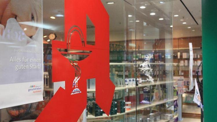 Das Apotheken-Logo an der Schaufensterscheibe einer Apotheke. Foto: Jens Wolf/zb/dpa