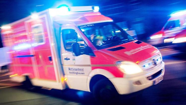 Ein Rettungswagen fährt mit Blaulicht durch eine Straße. Foto: Marcel Kusch/dpa