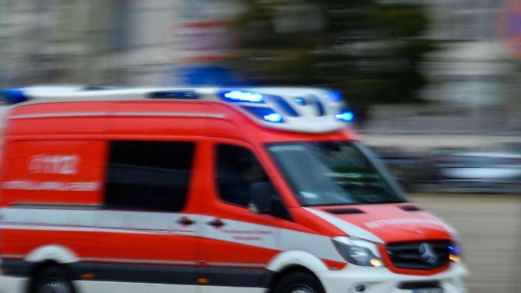 Ein Rettungsfahrzeug der Feuerwehr fährt mit Blaulicht. Foto: Jens Büttner/zb/dpa