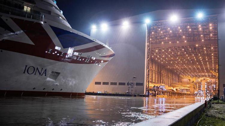 Auf der Papenburger Meyer-Werft wird das neue Kreuzfahrtschiff Iona ausgedockt. Foto: Martin Remmers/dpa