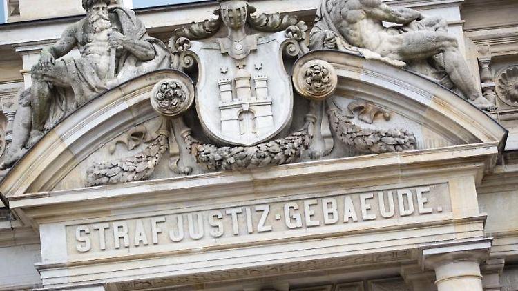 Der Haupteingang zum Strafjustizgebäude. Foto: Christian Charisius/dpa/Archivbild