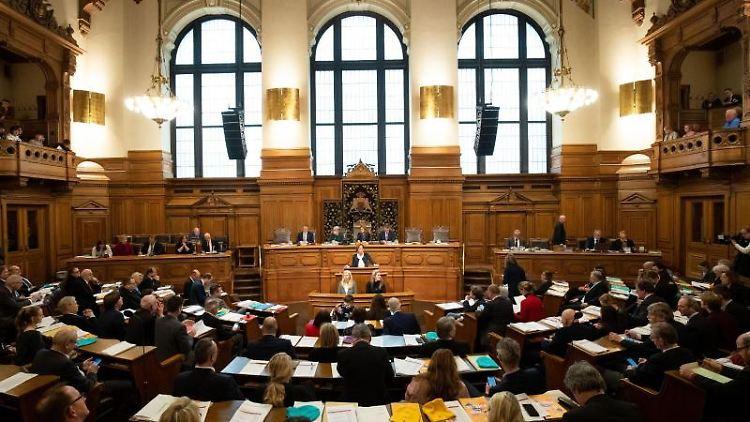 Abgeordnete sitzen im Plenarsaal der Hamburger Bürgerschaft. Foto: Christian Charisius/dpa