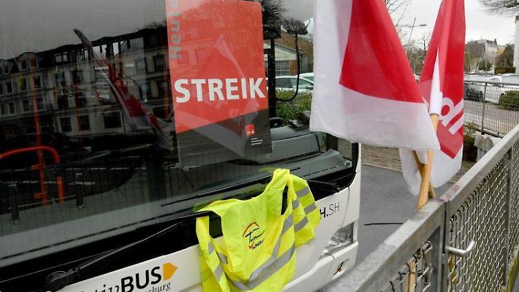 Ein Bus der städtischen AktivBus steht am geschlossenen Depot. Foto: Carsten Rehder/dpa