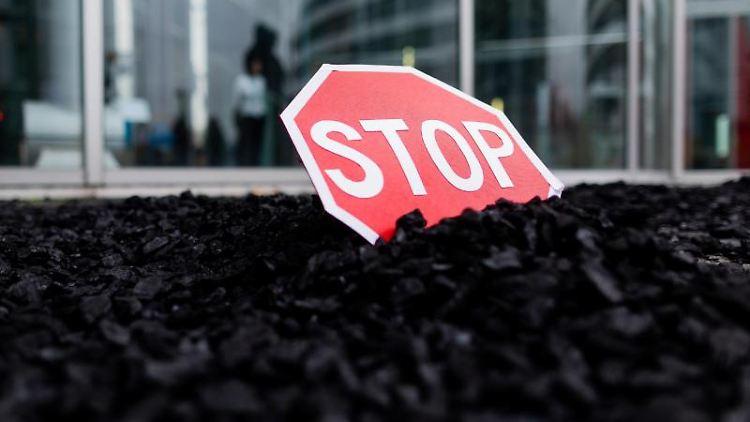 Kohle liegt vor der Uniper Zentrale. Foto: Rolf Vennenbernd/dpa
