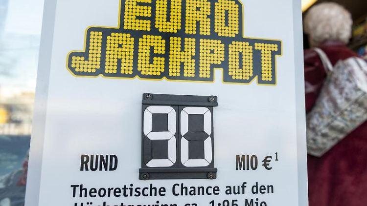 Auf einer Tafel vor einer Lotto-Annahmestelle wird auf die 90 Millionen Gewinnsumme hingewiesen. Foto: Patrick Seeger/dpa