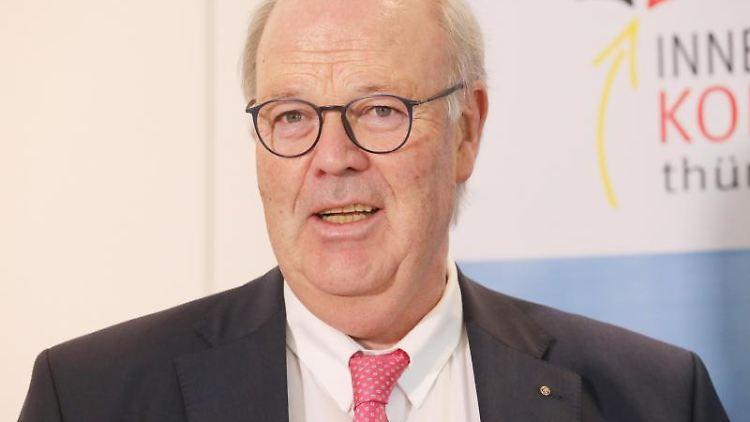 Hans-Joachim Grote spricht auf einer Pressekonferenz. Foto: Bodo Schackow/dpa/Archiv