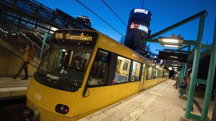 Eine Stadtbahn der VVS fährt in eine Haltestelle ein. Foto: Marijan Murat/dpa/Archivbild